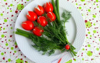 """Закуска """"Тюльпаны"""" из помидоров"""