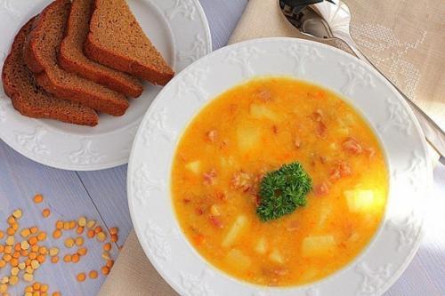 Гороховый суп с копченостями к обеду.