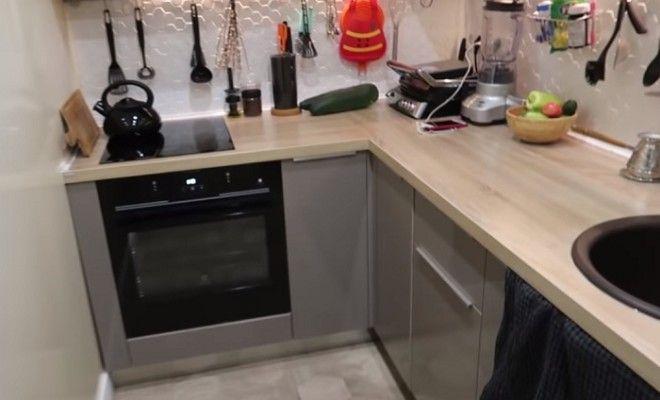 В кухнекоридоре поместились варочная поверхность и духовка Фото youtubecom