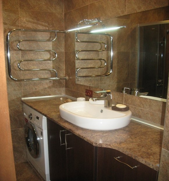 Ванная комната в бежево-коричневых тонах со стенами под натуральный камень