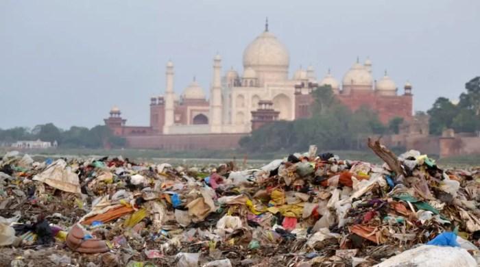 Мусор покрывает район у реки Джамна возле Тадж-Махала в Агре, Индия. / Фото: www.smh.com.au