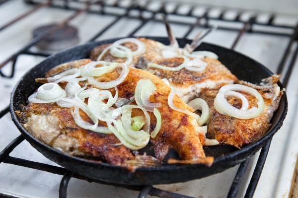 Рыба, жареная с луком