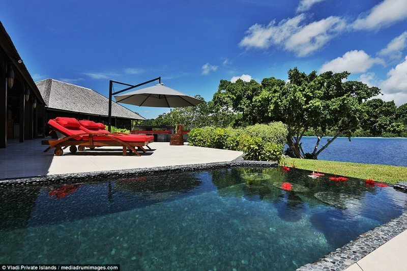 Это бассейн, а рядом - удобная площадка с шезлонгами и большим зонтиком, под которым можно спрятаться от солнца ynews, остров, продается, продается остров, рай, райское место, тихий океан, тропический курорт