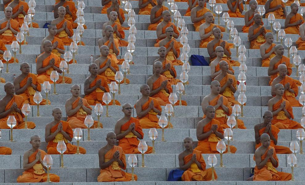 Монахи на церемонии в честь праздника Маха Буча