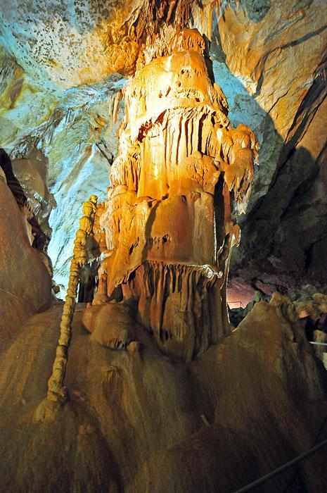 Заложена она в блоке верхнеюрских известняков и состоит из трех частей: Главной галереи, Нижнего и бокового «Тигрового Хода».