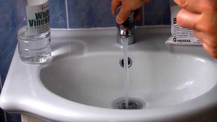 Прочистка канализационного слива содой и уксусом