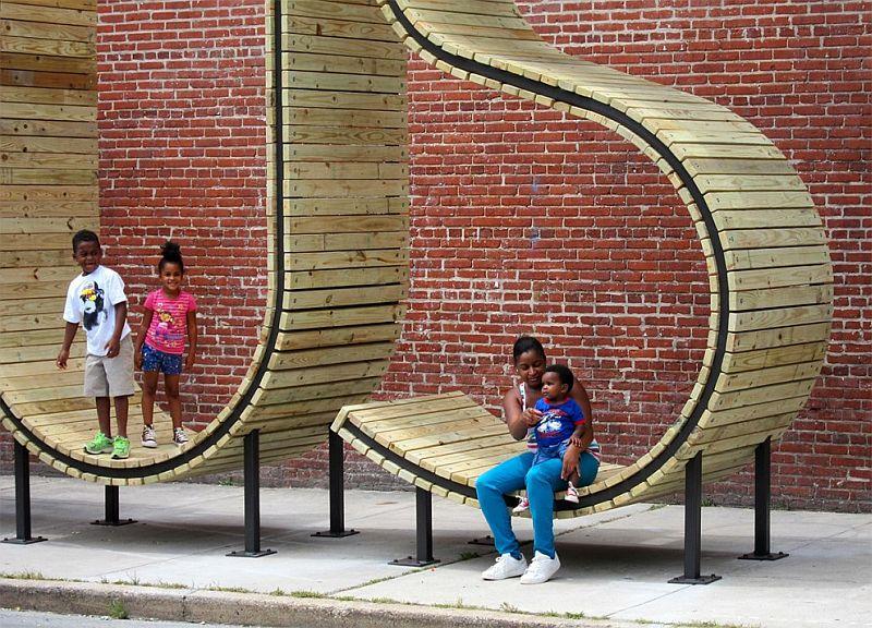 Автобусная остановка в виде огромных букв слова «BUS», Балтимор, США