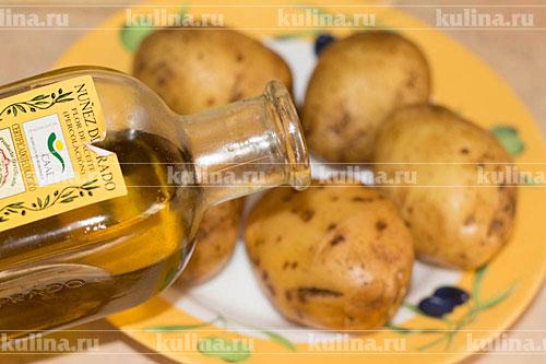 Картофель как следует помыть, удалить всю грязь, залить оливковым маслом.