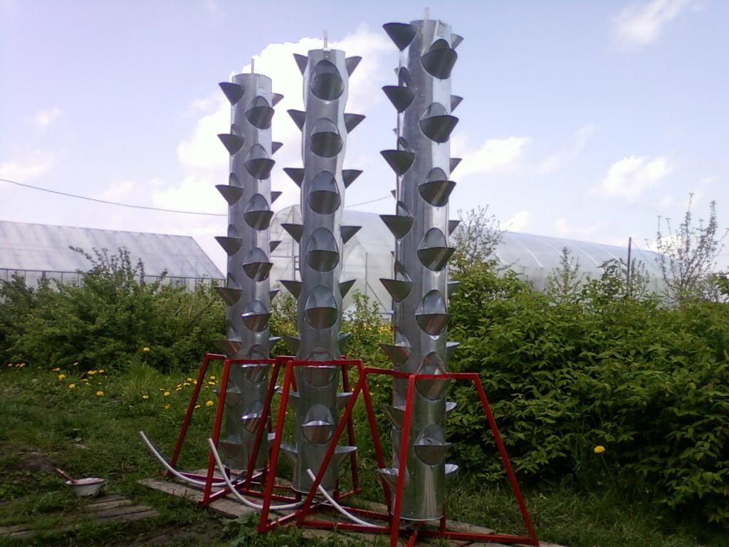Вертикальная грядка на стойках для низко растущих растений.