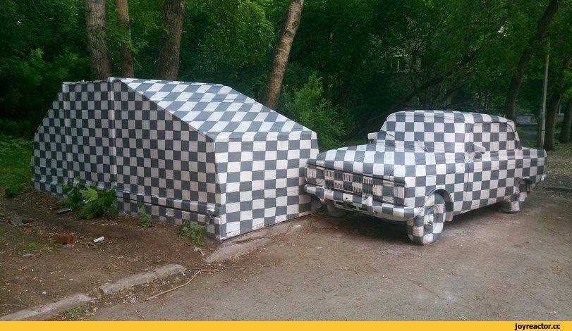 В Екатеринбурге уличные художники покрасили гараж и припаркованный рядом москвич в клеточку.