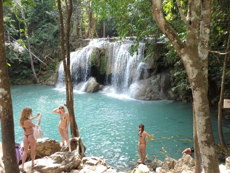 Но в качестве дополнительной экскурсии при поездке на Квай — очень советую. Водопад этот многоярусный (семь уровней). Высота седьмого уровня — 997 метров над уровнем моря. От первого уровня до седьмого – 1,5 км. kwai, thailand, паттайя, река квай, тайланд