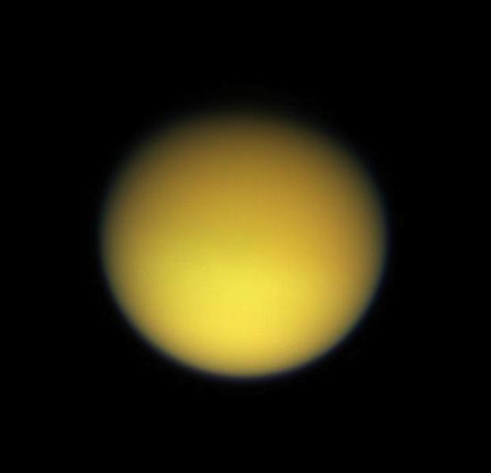 10 странных спутников Солнечной системы