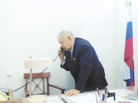 Ноябрь 2013 года. Маршал Язов на работе, в своем кабинете в Генштабе.