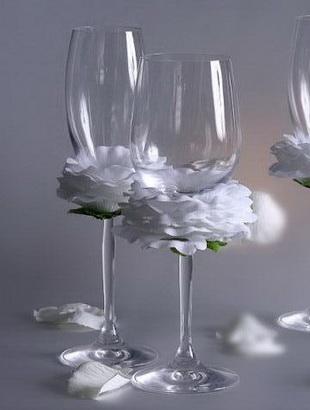 Декорирование свадебных бокалов лепестками белой розы - как сделать своими руками