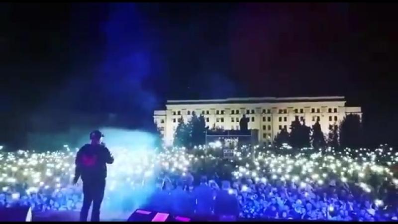 «Видишь это и понимаешь, что там свои» - Соцсети о полной площади в Луганске, хором поющей: «За Россию!»