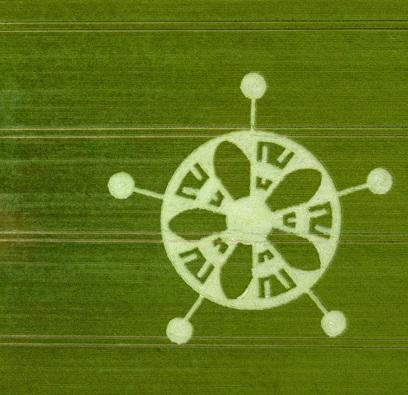 Недалеко от Стоунхенджа появился рисунок на поле