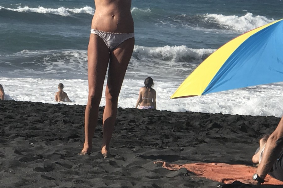 Чувства мужчины, когда его женщина позирует топлес на пляже. Фотофакт и вопрос мужчинам