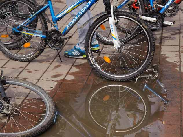 В Перми голая девушка в дождевике и на велосипеде каталась по улицам