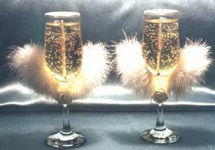 Свадебные бокалы, украшенные перьями