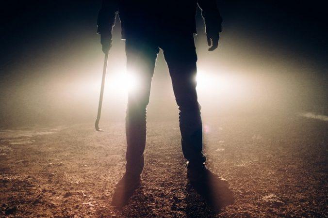Громкий стук в дверь нарушил тишину дома. Девушка на улице кричала, что её сейчас убьют и просила впустить внутрь…