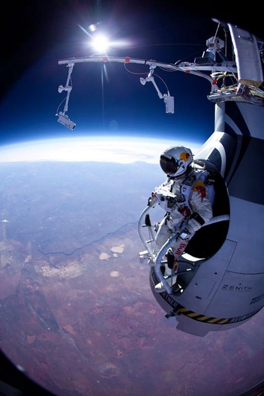 1296 Феликс Баумгартнер готовится к прыжку из космоса