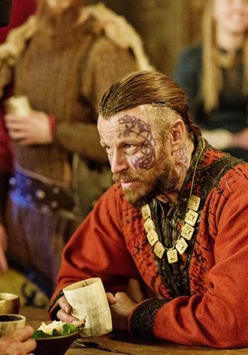 Харальд Прекрасноволосый в исполнении актера Петера Францена в сериале «Викинги»