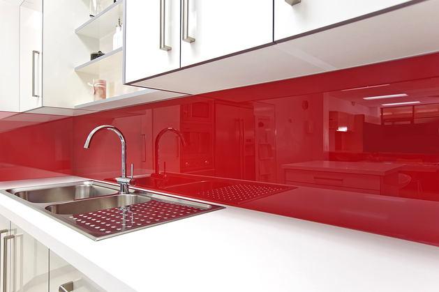Кухня в цветах: светло-серый, бордовый, коричневый. Кухня в стилях: минимализм.