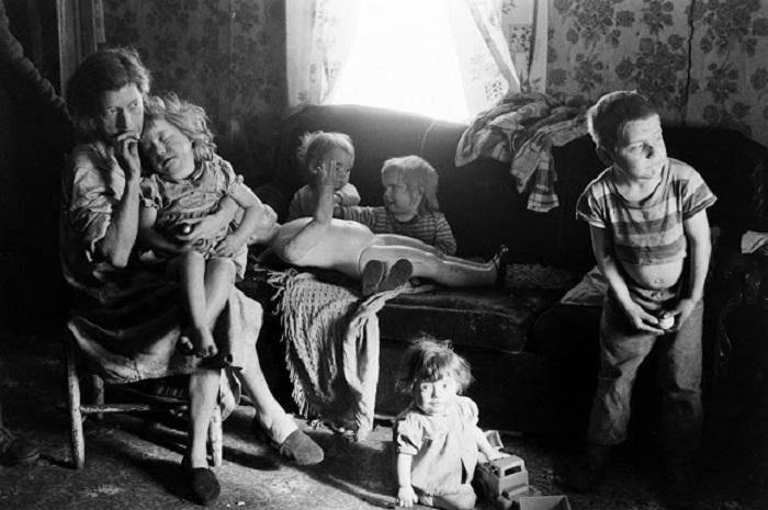 В одинокой долине на востоке Кентукки, в самом сердце горного региона Аппалачи, живут нищие люди, чьё бедственное положение долгое время игнорировала богатая Америка.