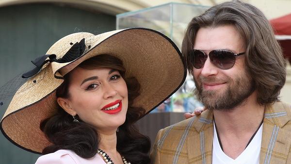 Анастасия Заворотнюк в шикарной «голливудской» шляпе прокатилась на антикварном авто