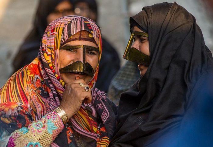 Вот для чего иранские женщины носят эти странные маски-усы