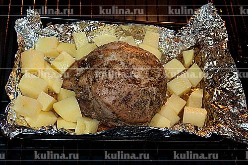 Картофель очистить, нарезать кубиками и положить к мясу, запекать до готовности мяса и овощей.
