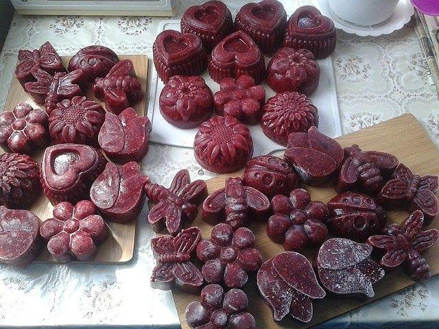 Беру разные ягоды, перекручиваю на мясорубке, потом массу разливаю в…