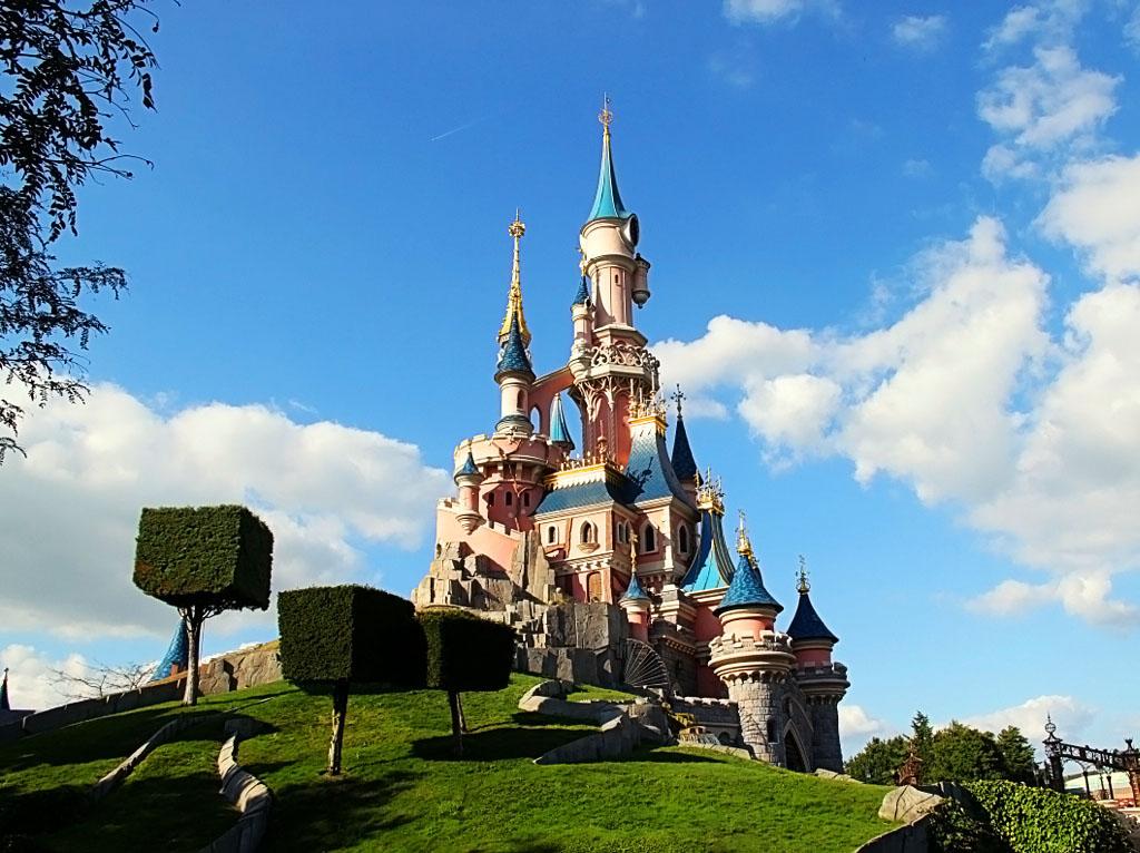 У подножья замка Спящей красавицы (Париж)