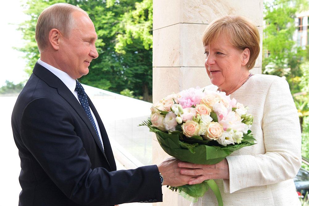 Путин встретил Меркель с букетом цветов