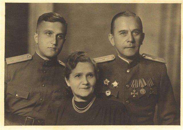 Советский офицер с Георгиевским крестом. Рига, 1947 год (1).