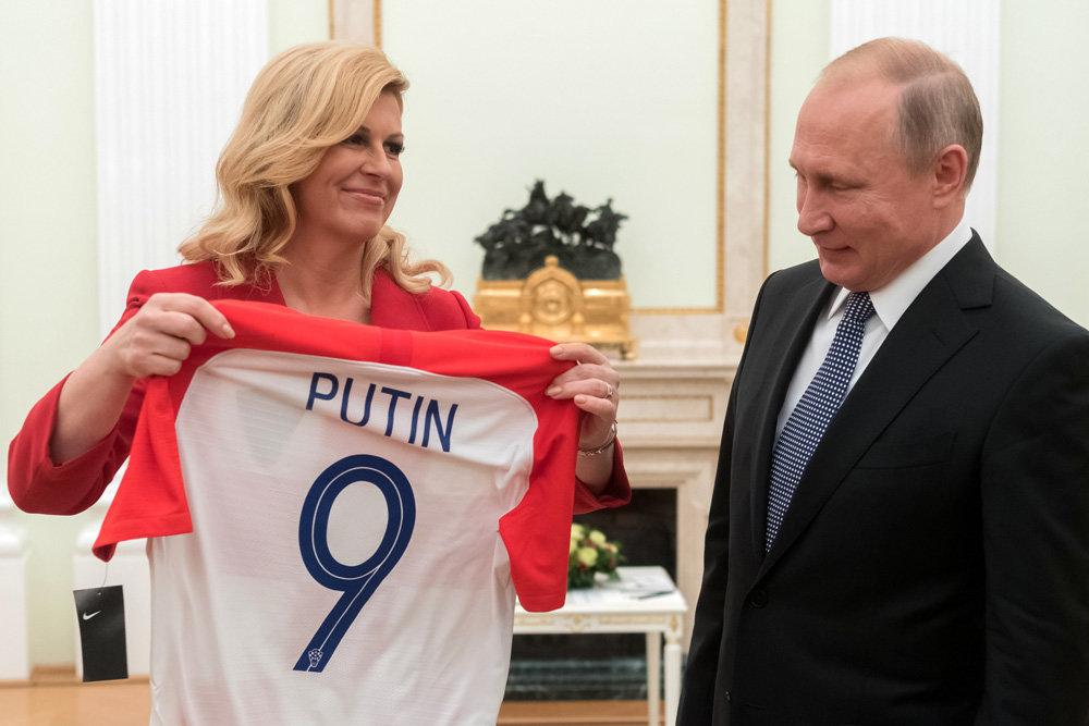 Президент Хорватии подарила Путину футболку своей страны