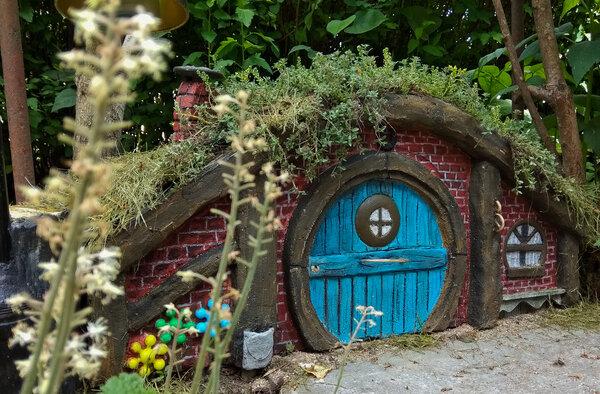 Шир Толкина своими руками! Декоративные домики хоббитов в саду.