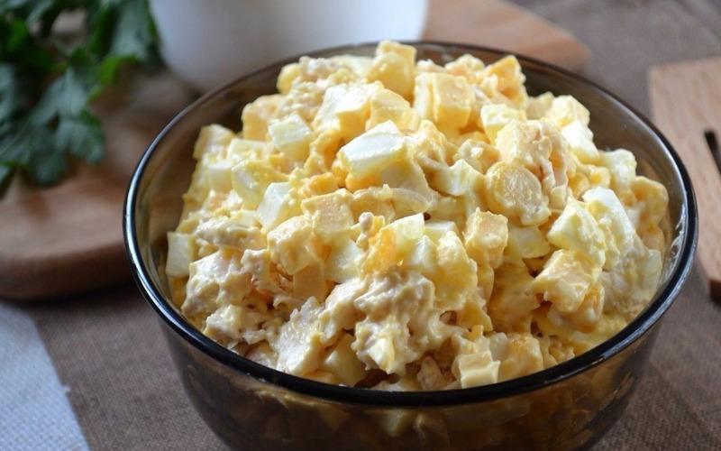 Салат с кукурузой и яйцом