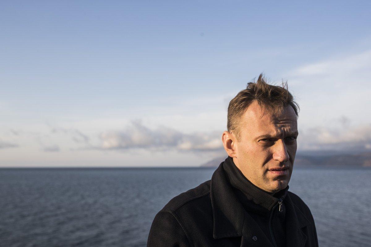 Навального не выпустили из России из-за долгов