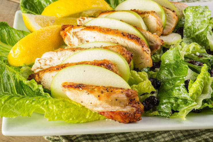 Теплый салат «Белла» с куриной грудкой и яблоками