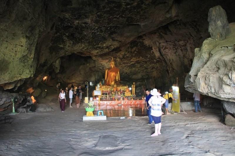 Пещера Будды (Tham Crasea). Входит примерно в половину программ. Внутри пещеры находится статуя Будды, Там же сможете увидеть рельс с табличкой. До этого уровня в 1974 году поднимался уровень реки Квай. kwai, thailand, паттайя, река квай, тайланд