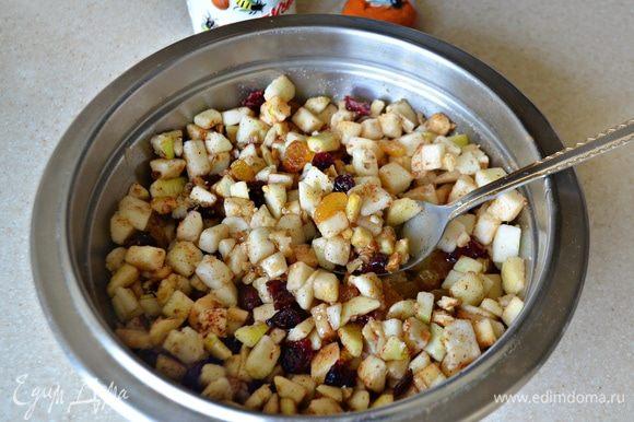 Соедините все компоненты для начинки, добавите мед и корицу, перемешайте.