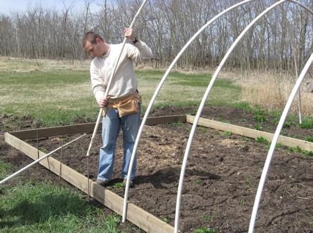 Установка дуг: Надеваем нарезанные трубы пвх на пруты арматуры.
