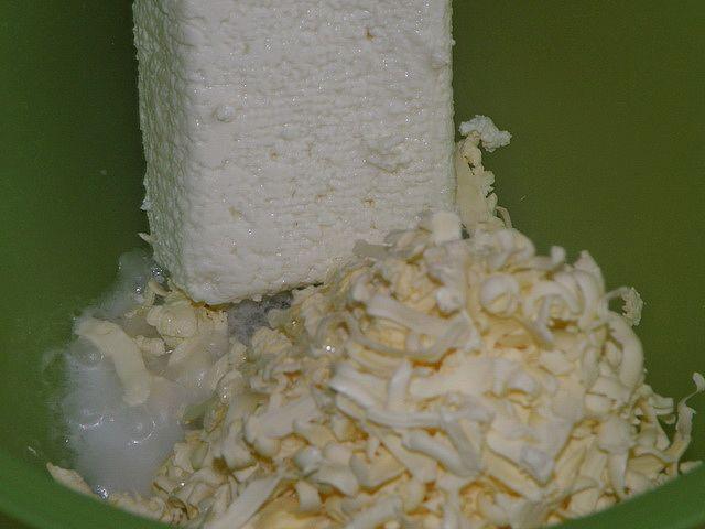 Выливаем смесь в посудину. пошаговое фото приготовления творожного печенья
