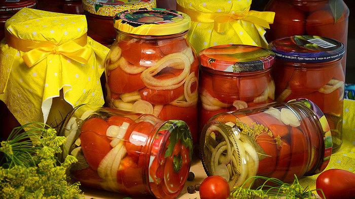 Резаные дольками помидоры на…
