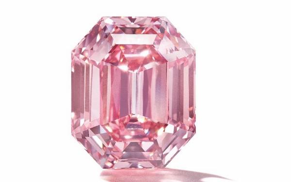 За 19-каратный розовый бриллиант Fancy Vivid Pink выставленный на аукцион планируют выручить 50.000.