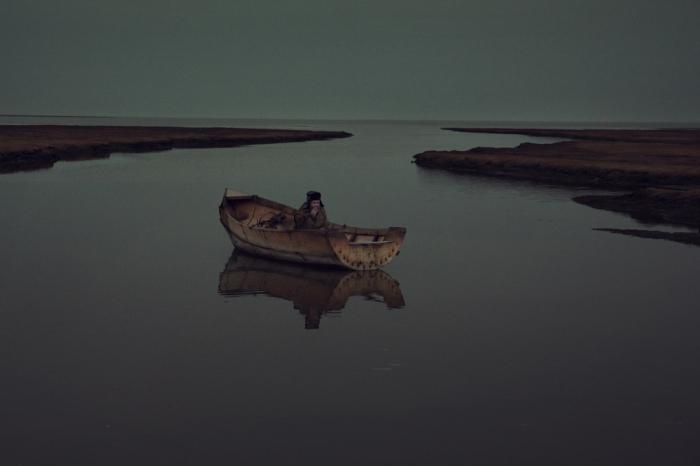 Выкурить сигаретку в лодке, сделанной собственными руками, - есть в этом особая романтика.