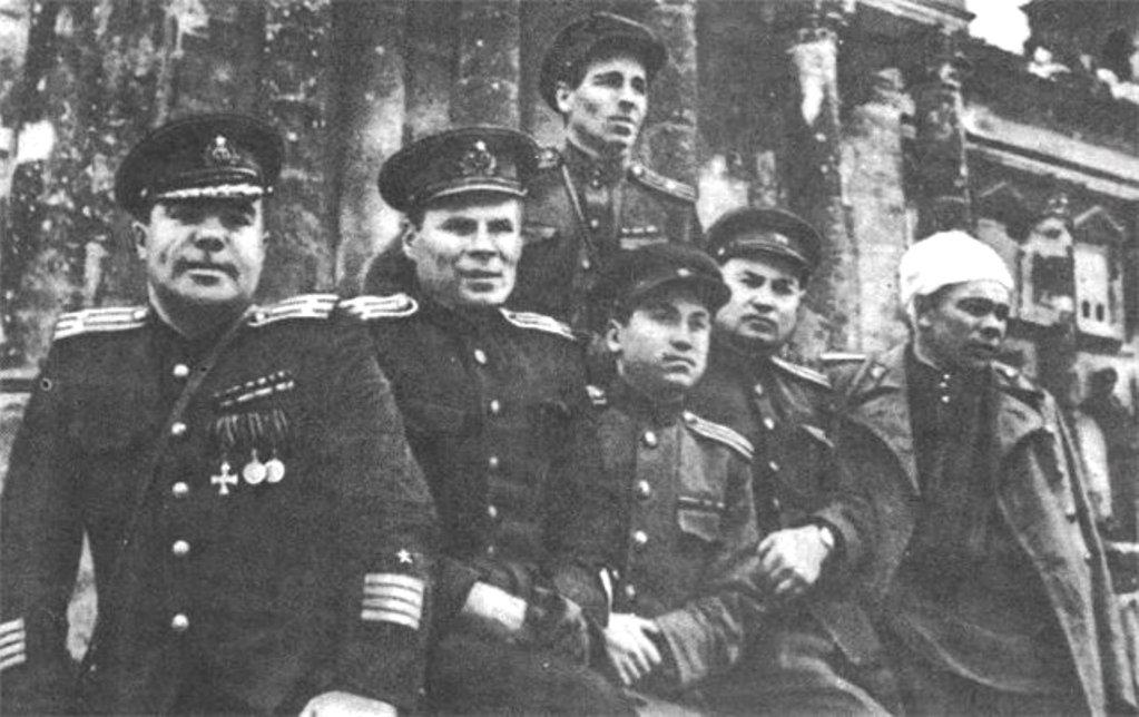 Писатель, драматург, военный корреспондент Всеволод Вишневский на ступенях рейхстага, май 1945 года.