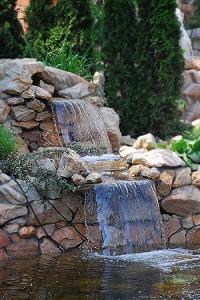 красивый водопад на даче и в саду