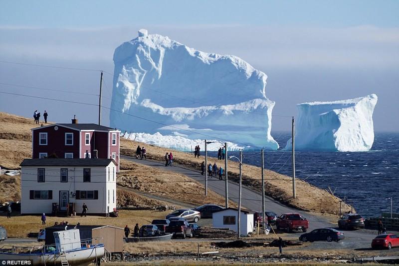 К берегам Канады приплыл огромный айсберг